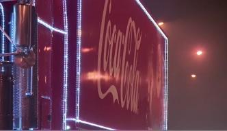 Ciężarówka Coca-Coli pędzi przez Polskę