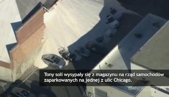 Rząd samochodów przysypany solą