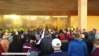 Kibice obrzucili swój stadion racami