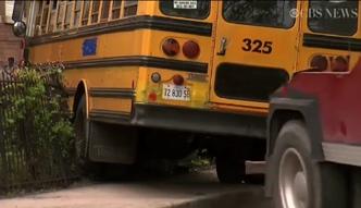 Uczniowie ukradli szkolny autobus i wjechali nim w budynek