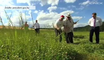 Depardieu kosi trawę na Białorusi