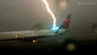 Podróżny z Atlanty nagrał uderzenie pioruna w samolot