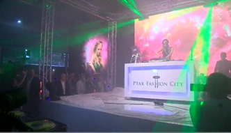 Paris Hilton gra na imprezie w Ptak Fashion City!