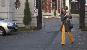 Edyta Herbuś wsiada z psem do taksówki