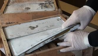 2 skrzynki amunicji do kałasznikowa w aucie z Francji. Policjanci sprawdzają, do kogo miała trafić