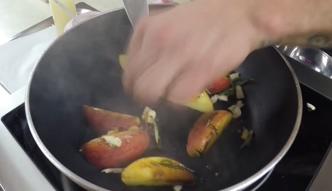 Wątróbka z kandyzowanym jabłkiem i sosem wiśniowym