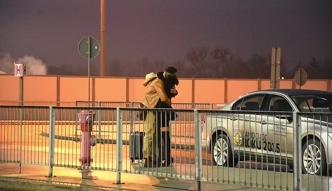 Maślak żegna się z dziewczyną na lotnisku