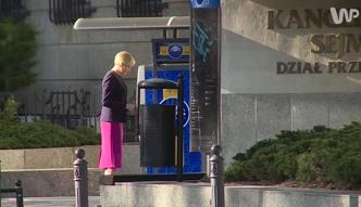 Agata Duda w obstawie BORowców.... wybiera pieniądze z bankomatu