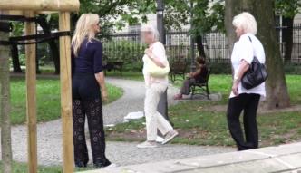 Torbicka w ażurowych spodniach spaceruje z mamą