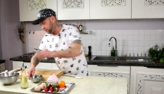 Darek Kuźniak zdradza w swoim programie Crazy Chef Cooking jak zrobić pancakes