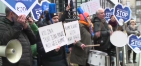 Protest KOD przed prokuraturą w Krakowie - trwa przesłuchanie premier