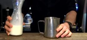 Latte art - piękny tulipan na kawie