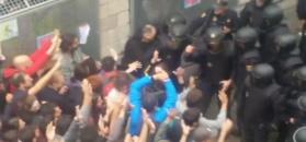 Policjanci stawiają opór tłumowi Katalończyków