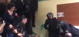 Policjanci pacyfikują Katalończyków