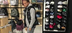 Samotny Fabijański na zakupach w centrum handlowym