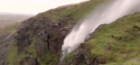 Huragan odwraca wodospad