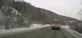 Wyprzedzanie na zaśnieżonej drodze zakończone w rowie