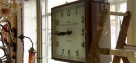 Wśród stert rzeczy wypatrzył zegar.
