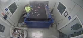 W rękach pracownika sortowni śmieci wybuchła raca