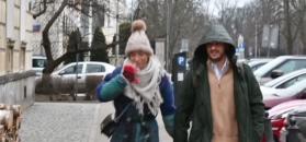 Chodakowska ściska za rękę Lefterisa w drodze na obiad