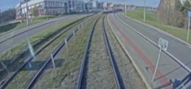 Osobówka kontra tramwaj. Szynowy pojazd miażdży bok od strony kierowcy