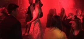 Club Wesele, czyli Polacy na weselnych dyskotekach. Do klubu ciągną się kolejki