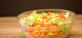 Włoska sałatka warzywna z serem. Konkurencja dla surówek