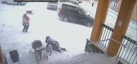 Śnieg z dachu spadł na dwie kobiety i dziecko