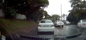 Kierowca mercedesa powoduje kolizję. A mógł grzecznie stać w korku