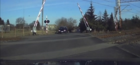 Kierowcy wstrzymali oddech, ale nie wstrzymali myślenia. Sytuacja na przejeździe kolejowym