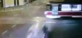 Pędził ulicami miasta i uderzył w bok tramwaju. Kolos prawie nie drgnął, a auto rozpadło się w mak