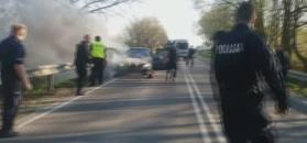 Policjanci uratowali młodych ludzi z płonącego auta