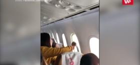 Stewardesa naprawia okno podczas lotu