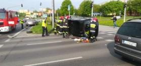 Wypadek w Lublinie. Strażacy usuwają wrak auta