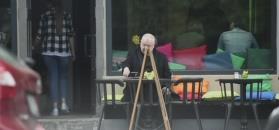 59-letni Soyka samotnie raczy się lunchem i papierosem