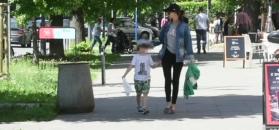 Smutna i zmęczona Kołakowska spaceruje z synem