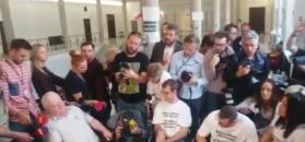 Lech Wałęsa przyjechał do protestujących w Sejmie