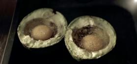 Jajka zapiekane w awokado. Patent na szybkie i zdrowe śniadanie