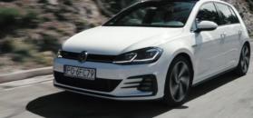 Volkswageny GTI na drogach w Alpach
