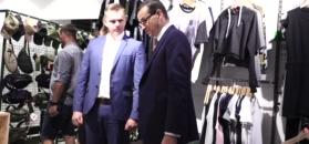 Dumny Morawiecki przechadza się po sklepie z odzieżą patriotyczną