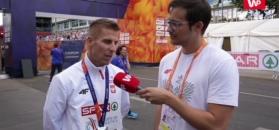 Polski medalista w doskonałym humorze.