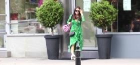 Wieniawa w zielonej sukience radośnie pozdrawia paparazzi