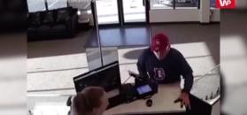 Wchodzi przestępca do sklepu z e-papierosami. Nagranie z monitoringu
