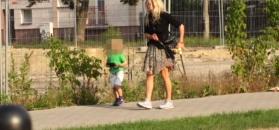 Monika Olejnik pokazuje nogi na spacerze z wnukiem