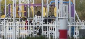 Siwiec poucza Mariusza na placu zabaw