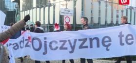 """Protestujący otoczyli Sąd Najwyższy. Mieli ze sobą tarcze z napisem """"konstytucja"""""""
