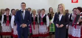 Premier Morawiecki został przywitany śpiewem gospodyń domowych