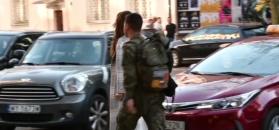 Szarmancki Allan Krupa towarzyszy Górniak w drodze do restauracji