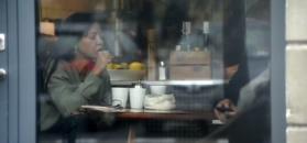 Nieumalowana Rusin zajada suchy chleb i sunie palcem po tablecie