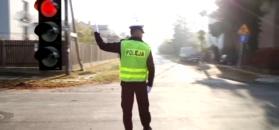 Tak trzeba zachować się, gdy policjant kieruje ruchem